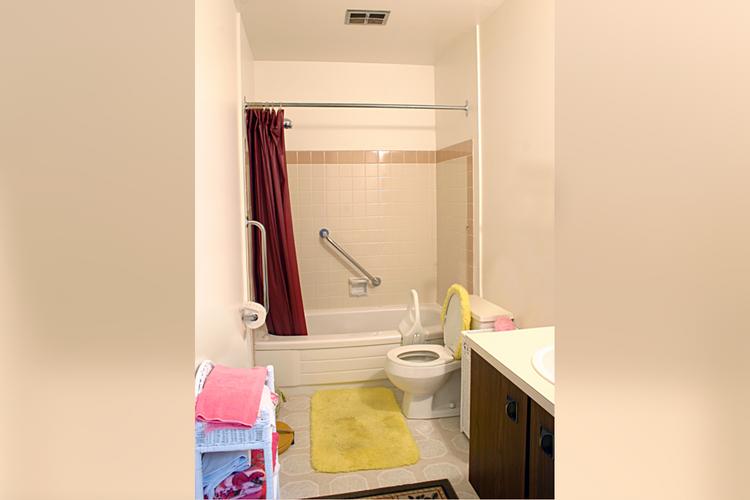 Prairie Rose Manor - Bathroom